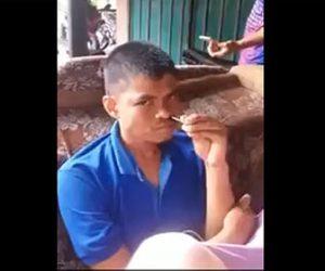 【衝撃】男性が長い棒を鼻の穴に入れ、平然とした顔をしているが…