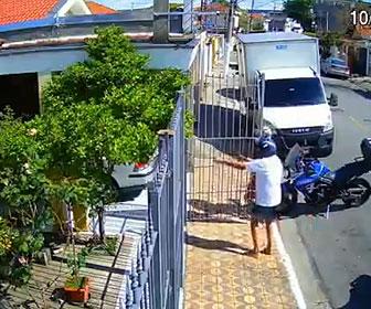 【衝撃】家の門を開けた男性が銃を持った強盗2人に襲われるが番犬が立ちはだかり…