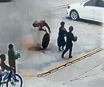 【衝撃】マンホールに爆竹を落とし爆発。少年が吹き飛ばされる衝撃映像