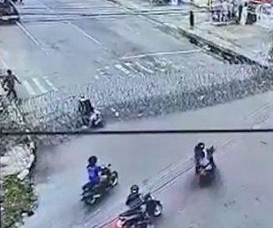 【衝撃】カミソリワイヤーバリケードにバイクが突っ込んでしまう衝撃映像