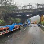 【事故】巨大な風力タービンを積んだ過積載のトラックが橋に激突してしまう衝撃映像
