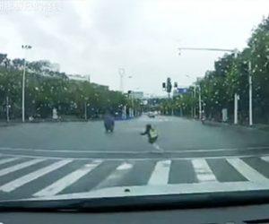 【衝撃】左折待ちのバイクが発信し、バイクの後ろに乗っていた少女が落ちてしまい…