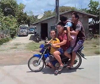 【衝撃】1台のバイクに5人の男性が乗る衝撃映像