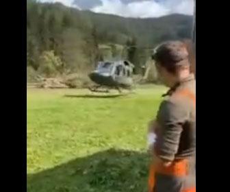 【衝撃】男性が車の後ろでヘリコプターの着陸を見ていると…