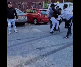 【衝撃】ニューヨークで武装強盗が市民に捕まりボコボコにされる衝撃映像