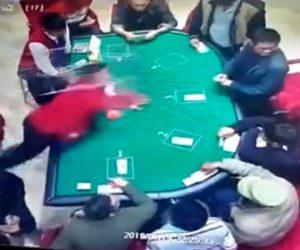 【衝撃】カジノでディーラーが客に思いっきり椅子を投げつけ、顔面に直撃する衝撃映像