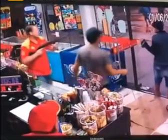 【衝撃】強盗2人が店に現れるが店員がショットガンを構え強盗を撃退する衝撃映像