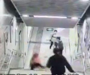 【衝撃】スマホを見ながら階段を下りる女性が足を踏み外し転落してしまう衝撃映像