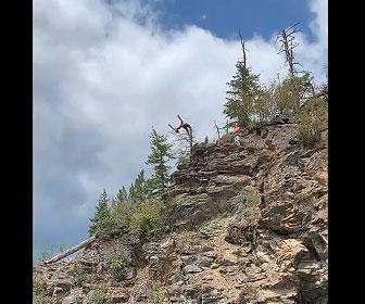 【衝撃】男性が高さ15mの崖からバック転で湖に飛び込むが失敗し…