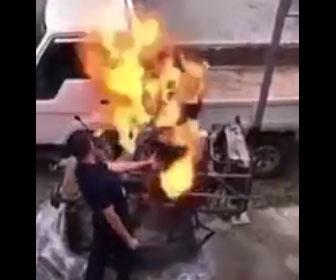 【衝撃】故障したエンジンを修理中、男性に火が燃え移ってしまう衝撃映像