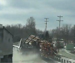 【事故】丸太を大量を運ぶトラックがスピードを出し過ぎカーブで…