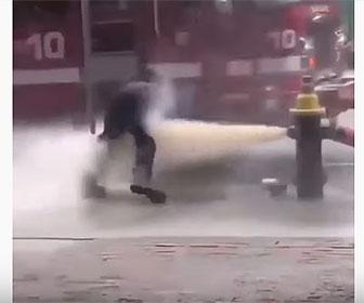【衝撃】消防士が消火栓の水で吹き飛ばされてしまう衝撃映像