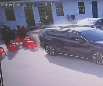 【事故】コントロールを失った車が病院の外で待っている患者達に突っ込んでしまう衝撃映像