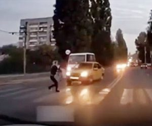 【衝撃】車に道を譲られ横断歩道を渡る女性に隣の車線から猛スピードの車が突っ込んでくるが…