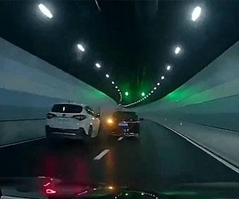 【ロードレイジ】トンネル内で危険な追い越し方をした車に怒ったSUV車が…