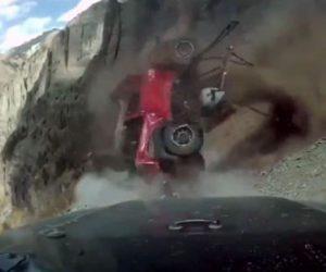 【事故】山道を走る車の前を女性が運転するジープが転げ落ちてくる衝撃事故映像