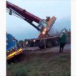 【事故】事故で動けなくなったタンクローリーをクレーンが持ち上げようとするが…