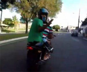 【衝撃】猛スピードで逃げる2人乗りバイクを警察のバイクが追いかける映像が凄い