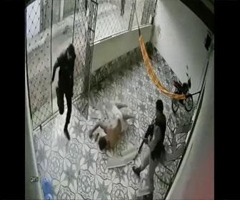 【衝撃】警察が突入した家の天井から強盗犯が落下してくる衝撃映像