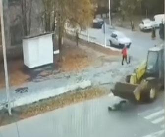 【衝撃】横断歩道を渡る女性がホイールローダーにはね飛ばされる衝撃映像