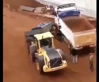 【衝撃】建設現場で口論になり怒った作業員がフロントローダーで車をひっくり返してしまう衝撃映像