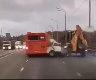 【事故】猛スピードの車が道に止まている重機に直前まで気付かず必死に避けようとするが…