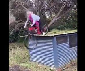 【衝撃】女性が屋根の上からマウンテンバイクで飛び降りるが…