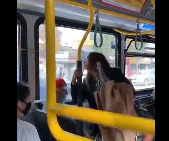 【衝撃】バス車内でマスクをしていない女が男性に唾を吐きかけ怒った男性が…