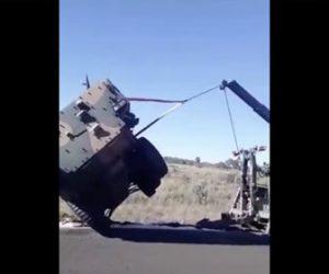 【衝撃】横転した装甲車をクレーンで引っ張り起こすが…