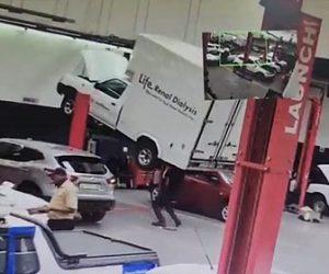 【衝撃】作業員にトラックが落下してくる衝撃映像