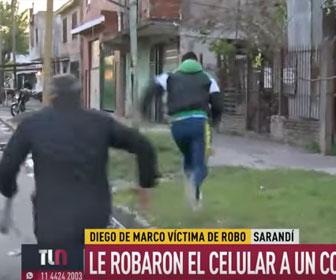 【衝撃】生放送中の記者が泥棒に携帯電話を奪われてしまう衝撃映像