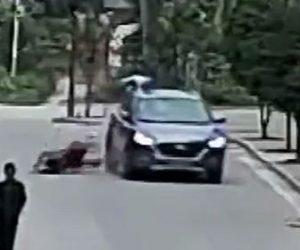 【衝撃】赤ちゃんを抱いた母親が車にはね飛ばされるが赤ちゃんが車の屋根に着地する衝撃映像