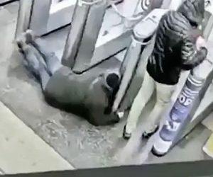 【衝撃】急いでいる男性が足を滑らせゲートに頭を強打する衝撃映像