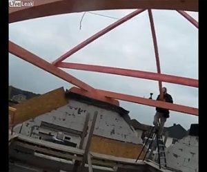 【衝撃】屋根の骨組みが倒れ、脚立の上で作業する男性が落下してしまう衝撃映像