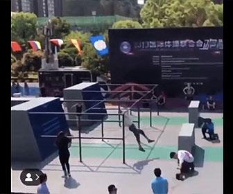 【衝撃】パルクールコースを猛スピードで走る男性がポールに顔面を強打してしまう衝撃映像