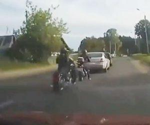 【衝撃】猛スピードのバイクが停車しているバイクに突っ込んでしまう衝撃映像