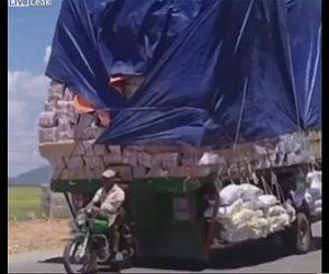 【衝撃】バイク一1台でものすごい量の荷物を運ぶ衝撃映像