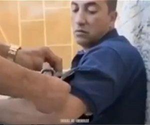 【衝撃】男性の服の中にヘビが入ってしまい服を切ってヘビを取り出す衝撃映像