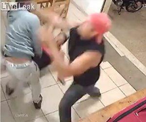 【衝撃】男達が口論になり2対1の激しい殴り合い。一瞬で2人を殴り倒す衝撃映像