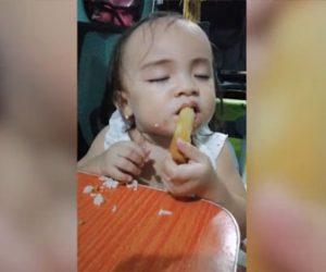 【面白】お腹が空いた赤ちゃんが眠気に負けて食べ物を食べながら寝てしまう
