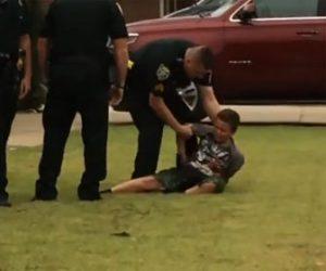 【衝撃】子供が大暴れ。車に石を投げまくり警察に逮捕される衝撃映像