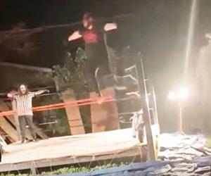 【衝撃】レスラーがロープから飛び降りるが着地したレスラーの膝が…