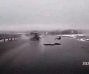 【事故】猛スピードで走る車が水溜まりでスリップし男性が車から放り出される衝撃映像