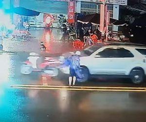 【事故】信号待ちをしているバイクに後ろから車が突っ込んでしまいライダーが必死に避ける衝撃映像