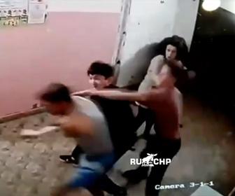 【暴行】暴れる3人の若者を警察官が止めようとするが殴り倒されてしまう衝撃映像