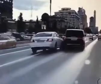 【ロードレイジ】後ろの車が前の車に横から体当たりするが…