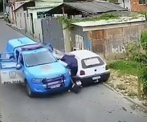 【衝撃】バイクで逃げる泥棒が警察車両と車に挟まれ、動けなくなり逮捕される衝撃映像