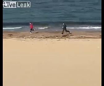 【衝撃】ロックダウン中にビーチを走る男性が警察官に見つかり追いかけられるが…