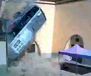【事故】30人が乗ったバスが高速道路から10m落下してしまう衝撃映像