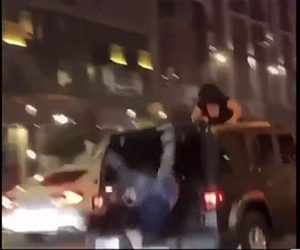 【衝撃】走りだしたジープの屋根から女性が落下してしまう衝撃映像